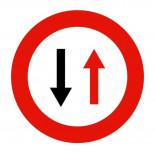 Señal de tráfico prioridad al sentido contrario