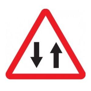 Señal de tráfico peligro circulación en los dos sentidos